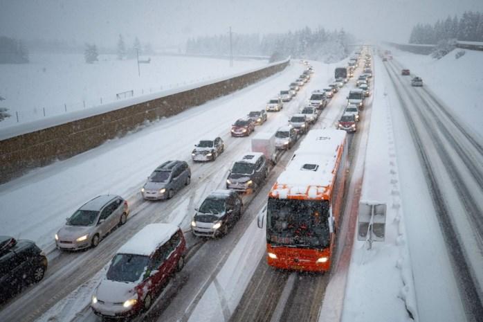 """Sneeuw gijzelt Limburgse wintersporters: """"Onze auto's moeten uitgraven voor vertrek"""""""