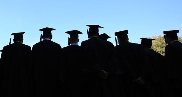 Steeds meer studenten halen hun doctoraat