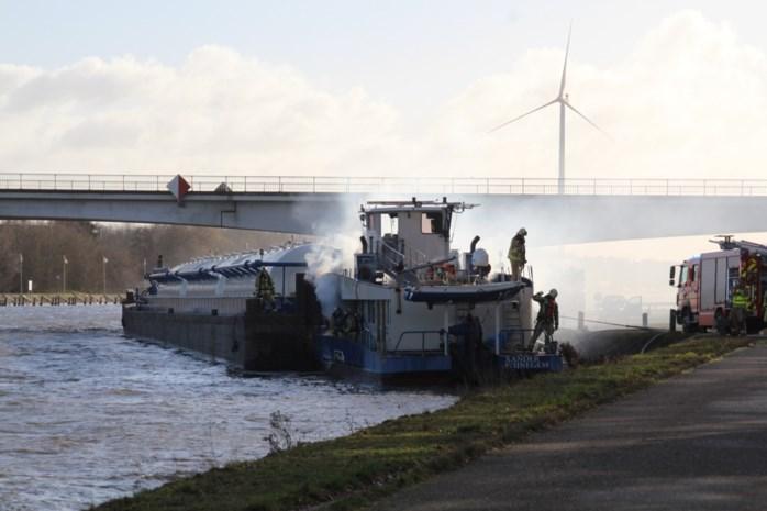 VIDEO. Brandweer blust boot op Albertkanaal