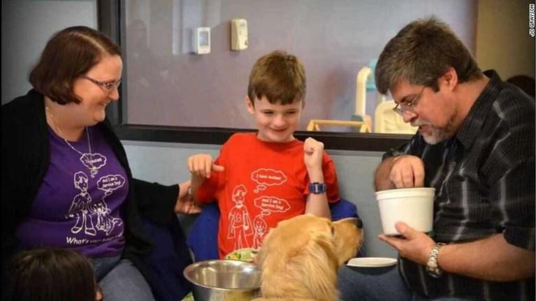 Betrapt: leerkracht sleept autistische jongen en zijn assistentiehond meedogenloos door de gang