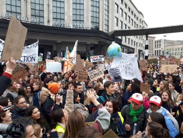 """Duizendtal spijbelende scholieren protesteren voor het klimaat in Brussel: """"Politiekers, get your shit together!"""""""