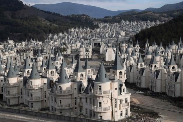 Bouwsprookje wordt nachtmerrie: honderden identieke kasteeltjes staan leeg na faillissement
