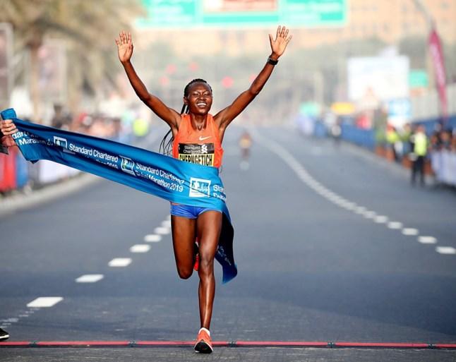 Razendsnelle tijden in Dubai Marathon: Ethiopiër Molla en Keniaanse Chepngetich winnen