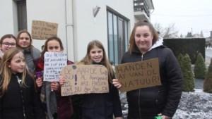 220 leerlingen doen klimaatactie aan de woning van minister Lydia Peeters