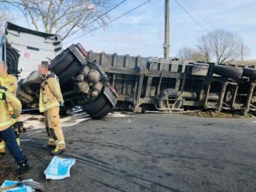 Vrachtwagen verliest lading in Tessenderlo: weg afgesloten