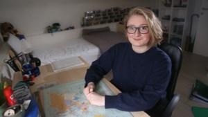 """Emma (18) twijfelt tussen opleidingsniveau's: """"Kies ik voor hogeschool of voor universiteit?"""""""