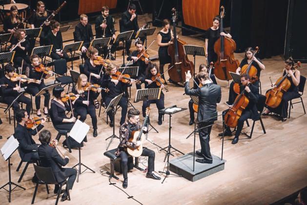 Cedric Honings musiceert met symphoniaASSAI in het Louvre
