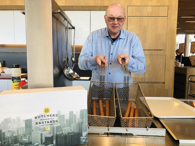 """Berings vleesbedrijf gaat veggie en maakt dit jaar 2 miljoen vegetarische frikandellen: """"Smaakt hetzelfde als gewone frikandel"""""""