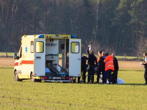 Parachutist zwaargewond na val op akker in Oudsbergen