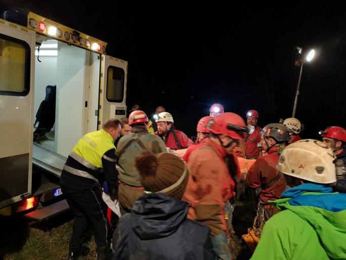 Vlaamse speleoloog na urenlange reddingsactie gered uit diepste grot van België