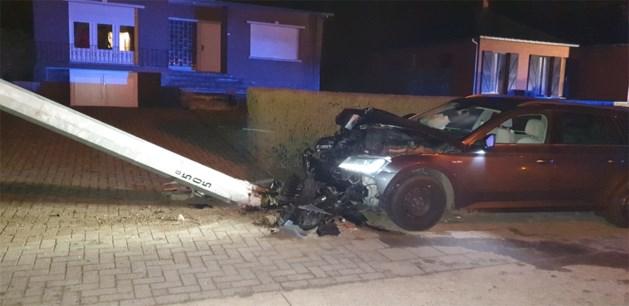 Auto belandt tegen verlichtingspaal op Luikersteenweg