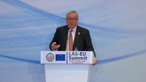 """Juncker legt persconferentie stil voor telefoontje: """"Sorry, het is mijn vrouw"""""""