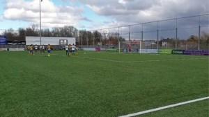 VIDEO. Voetballen met windstoten van 100 kilometer per uur is niet zo simpel