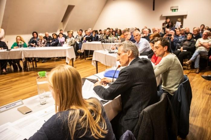 """Verwijten vliegen heen en weer op Diepenbeekse raadszitting: """"Ga de discussie verder op café voeren, niet hier"""""""