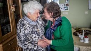 Paalse vrouw (92) stikt bijna in boterham, buurvrouw (75) kan haar net op tijd redden