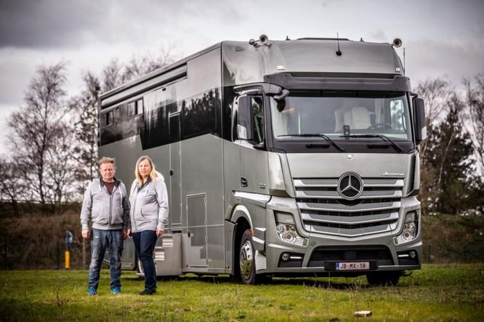 """Grootste motorhome van België te koop in Lommel voor 350.000 euro: """"Twee tv's, zes bedden en luxesofa"""""""