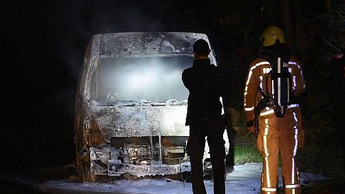 Bestelwagen met drugsafval in brand gestoken