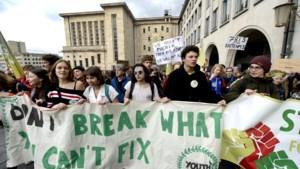 Vijfhonderd klimaatbetogers trekken door Brussel richting Troonplein