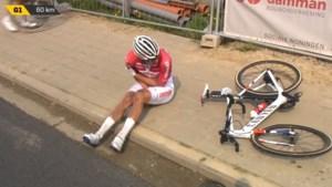 Bekijk hier de bizarre val van Mathieu van der Poel in Ronde van Vlaanderen