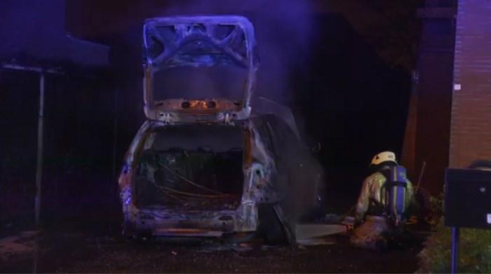 Brandweer voorkomt dat vlammen van brandende auto overslaan naar woning in Genk