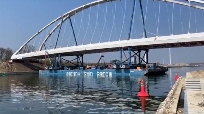 Plaatsing brug over Albertkanaal trekt kijklustigen naar Zutendaal
