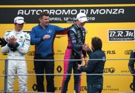 Ugo de Wilde wint meteen zijn eerste race, met felicitaties van Alonso