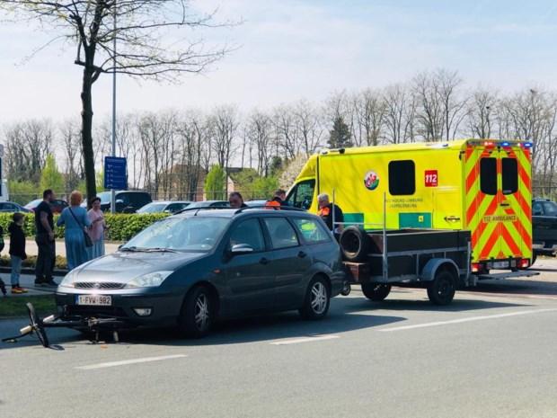 Fietser en zoon gewond na aanrijding met voertuig