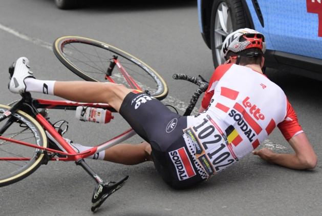 Geen operatie nodig voor Tiesj Benoot na zware val in Parijs-Roubaix