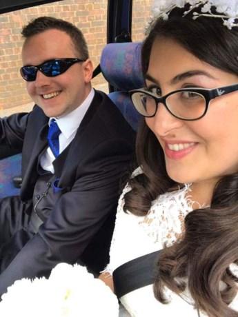 Vrouw nodigt vreemde uit naar huwelijk zus, drie jaar later trouwen ze zelf