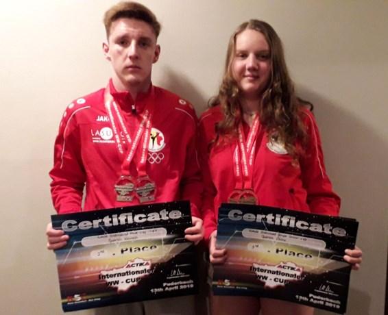 Kenneth en Céline Gabriels op het podium op 13de Internationale WW Karate Cup