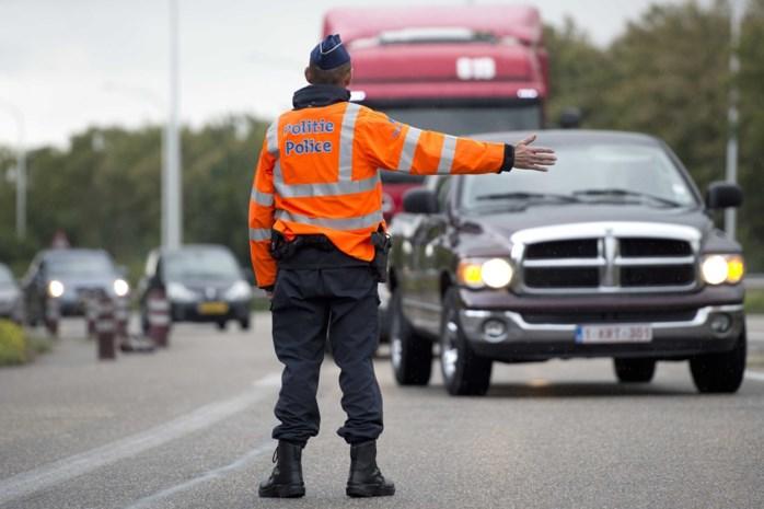 Chauffeur verstopt zich om verkeerscontrole te omzeilen