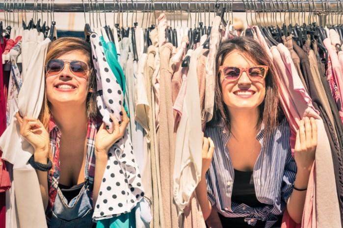 Nieuw is out, oud is in: hoe het komt dat het kopen en dragen van tweedehandskledij dé nieuwe trend is
