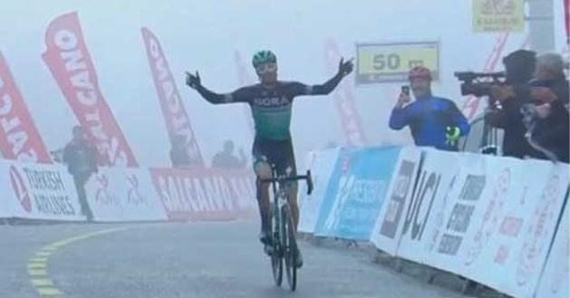 Felix Grossschartner wint besneeuwde koninginnenrit in Ronde van Turkije, Remco Evenepoel wordt knap vierde