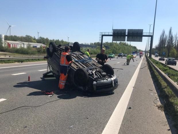 Auto gaat over de kop op E313: vrouw gewond afgevoerd