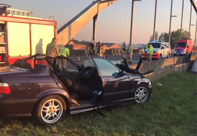 Auto crasht op brug Kempische Steenweg in Hasselt