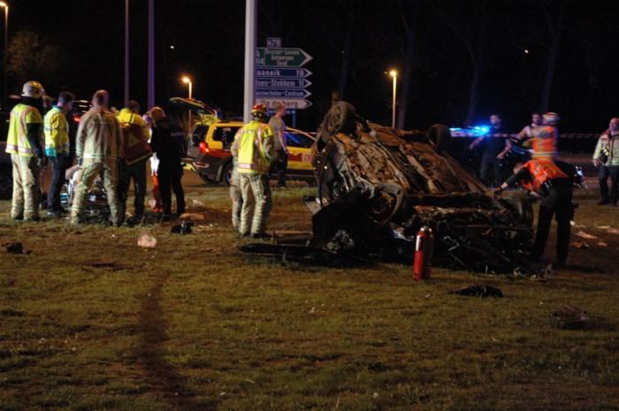 """Auto vliegt over rotonde in Maasmechelen: """"Wonder dat ze levend uit wrak kwamen"""""""