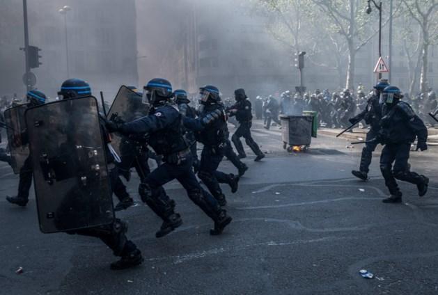 """Parijse politie opent onderzoek na oproepen tot zelfmoord agenten: """"Het toppunt van haat"""""""