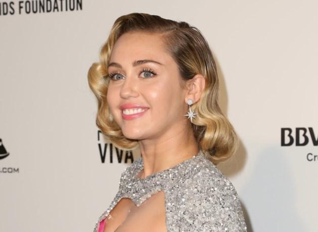 Miley Cyrus viert Pasen met nietsverhullende foto (en eentje uit de oude doos)
