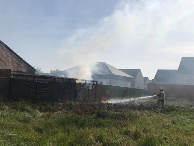 Buren met tuinslangen dijken brand in