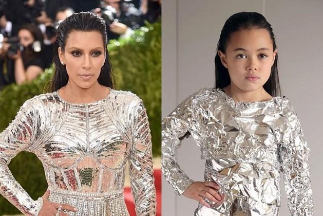 Dit 9-jarig meisje kopieert outfits van sterren met huishoudspullen