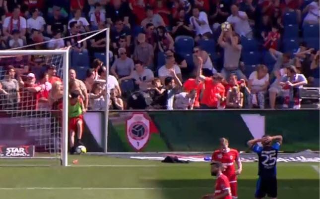 Antwerp-fan pakt pegel van Amrabat met de blote handen klemvast