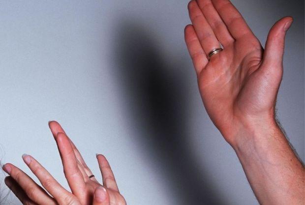 Twintiger duwt echtgenote van trap en slaat haar tot bovenlip scheurt: 1 jaar cel