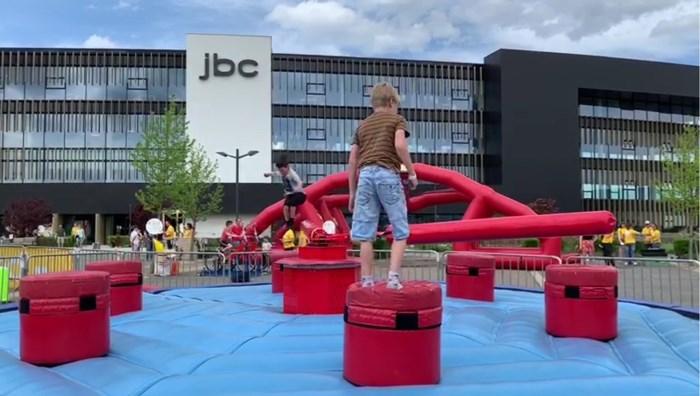 JBC werkt dagje niet om kinderen te laten spelen