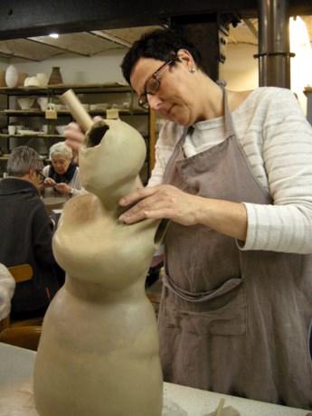 Cursisten keramiek stellen werk tentoon