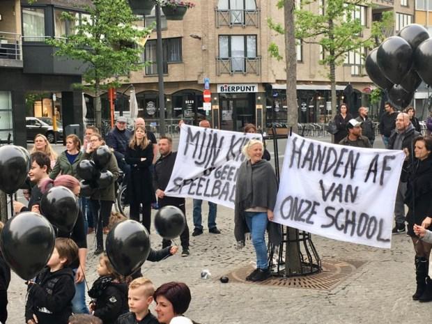 """Bezorgde ouders demonstreren in Lanaken: """"Handen af van onze school"""""""