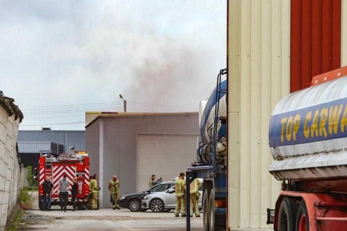 Autobrand zet bedrijfshal vol rook