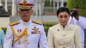 Thaise koning trouwt met lijfwacht