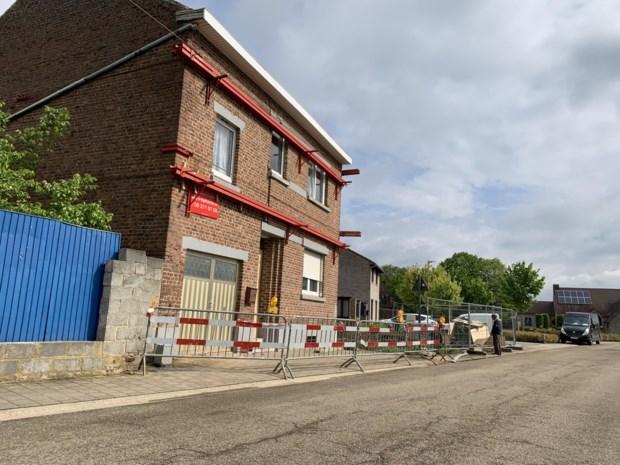 Buurman graaft kelder: huis van gezin met vijf kinderen dreigt in te storten