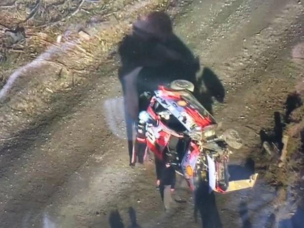 VIDEO. Thierry Neuville ongedeerd na zes salto's in Rally van Chili