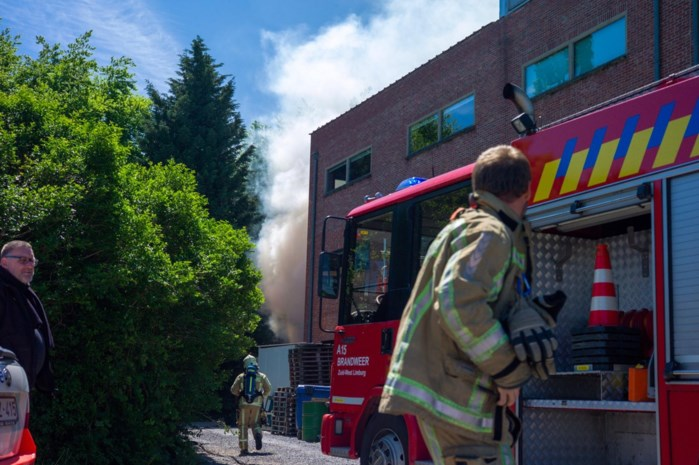 Brand aan afvalcontainers achter KAAI 16